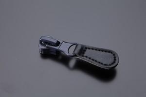 Бегунок на молнию с кожаным подвесом NB05